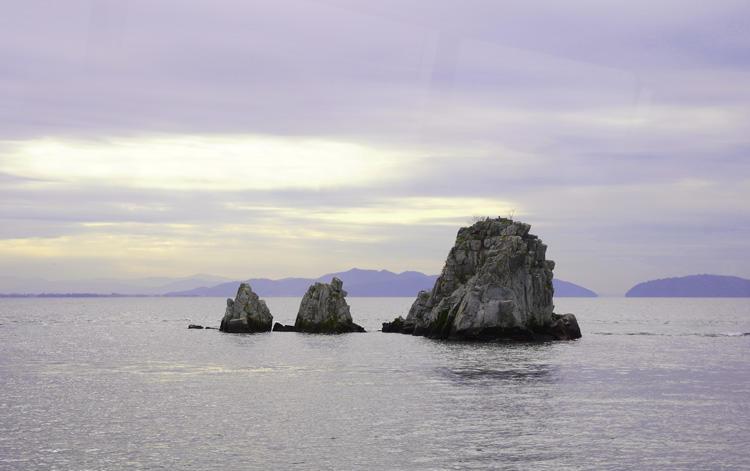 沖の白岩.jpg