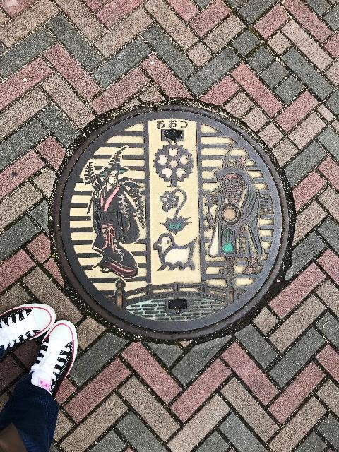 大津絵マンホール.png
