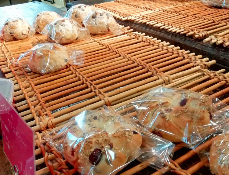 ヒトミワイナリーのパン.jpg